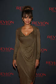 halle berry u0027s new haircut is her coolest look since that pixie u0027do