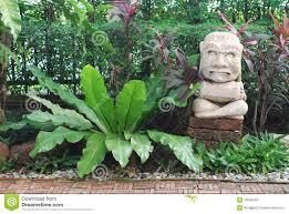 statues de jardin en pierre statue en pierre de jardin de maya de poupée photos stock image