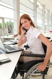 employé de bureau employé de bureau en fauteuil roulant banque d images et photos