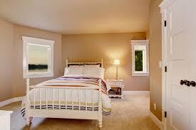 moquette chambre à coucher intérieur beige simple de chambre à coucher avec la moquette et deux