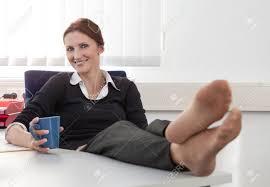 image pause café bureau femme fait une pause café au bureau tout en mettant ses jambes