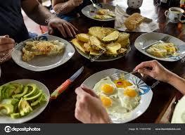 petit plat en chambre amis petit déjeuner fruits et œufs sur le plat petit déjeuner sain