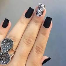 diseño de uñas blanco y negro black nails and white flowers nail
