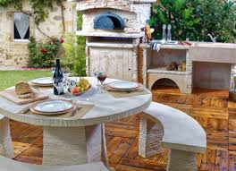 cuisine de jardin en cuisine d été extérieure avec four à pizza et salon de jardin