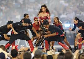 selena gomez performs during halftime during thanksgiving
