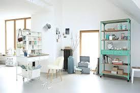 dans un bureau bureau dans salon changer cracer des rangements et un bureau dans un