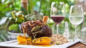 brasilianische k che cuisine cordeiro farofa de alecrim e peras ao molho