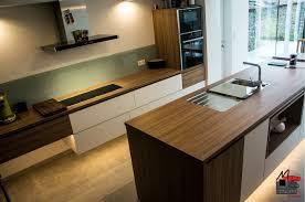 ilot cuisine sur mesure cuisine équipée sur mesure avec îlot central bois et beige mb