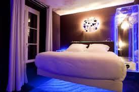 image d une chambre nuit insolite dans une chambre en lévitation