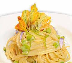 primo piatto con fiori di zucca spaghetti asparagi e fiori di zucca ricetta su adessocucina