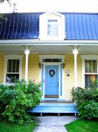 maison jaune avec porte bleue yellow houses blue doors and yellow