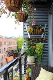 amenager balcon pas cher decorer son balcon pots pots et bacs brin de jardin brin de