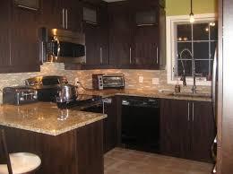 cuisine avec mur en simple comptoir en bois naturel meuble haut de cuisine gris avec