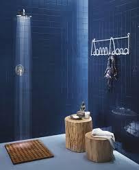 badezimmer dunkelblau bad mit dunkelblauen kleinformatigen wnadfliesen und holzakzenten