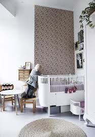 rosa wallpaper with birds as motive in an angled corner