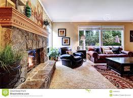 Wohnzimmer Design Mit Stein Luxuswohnzimmer Mit Gemütlicher Stein Getrimmtem Kamin Stockfoto