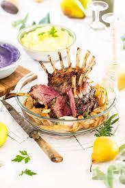 cuisiner un carré d agneau carré d agneau en couronne au miel poires rôties duo de purées