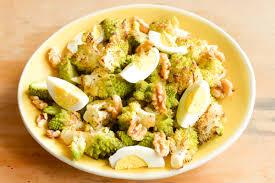 cuisiner le choux romanesco salade de chou romanesco aux oeufs durs et aux noix joli bonheur