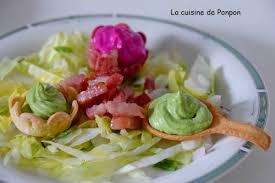 cuisiner pour les autres crème de petits pois et de betterave sur leur lit de salade