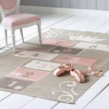 tapis pour chambre de fille les indispensables de la déco des enfants clem aroundthecorner