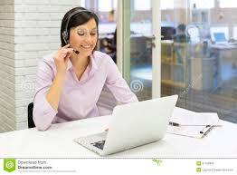 skype de bureau femme d affaires dans le bureau au téléphone avec le casque skype