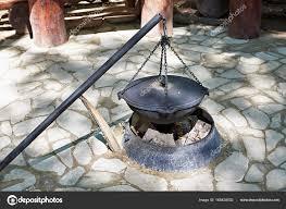 chaudron pour cuisiner chaudron pour la cuisson sur feu de c photographie ryzhov