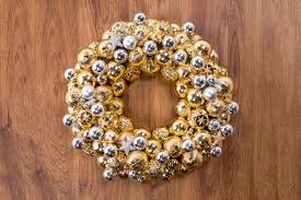 make a sparkly ornament wreath thanksgiving