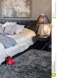 tapis chambre a coucher chambre à coucher de luxe avec les chaussures rouges sur le tapis