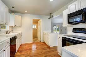 cuisine historique vieil intérieur simple vide blanc de cuisine dans la maison