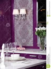 cuisine pourpre cuisine pourpre moderne avec les meubles élégants image stock