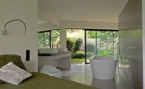 salle de bain dans une chambre chambre et salle de bain ouverte sur un jardin contemporain