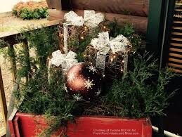 Christmas Decorations Outdoors Ideas Pictures by Outdoor Christmas Decorating Ideas For An Amazing Porch