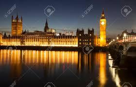 chambre du parlement big ben et la chambre du parlement dans la nuit avec la réflexion