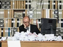 dans un bureau homme d affaires fatigué dans un bureau en désordre banque d
