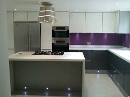 cuisine blanche mur gris cuisine blanche mur aubergine cuisine moderne couleur aubergine