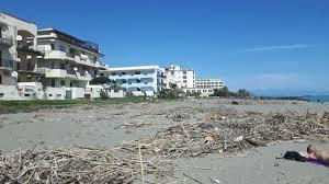 tralicci per ricanti a recanati strade dissestate spiaggia sporca e tombini otturati