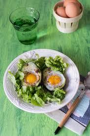 avocat cuisine recette d avocado eggs oeufs cocotte dans un avocat stella