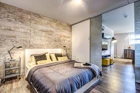 chambre de loft avec mur de palettes de bois idée déco chambre