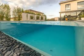 piscine en verre piscine à débordement côté jardin