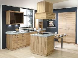 küche mit esstisch naturholz inselküche aus hellem holz mit esstisch