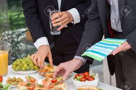 dejeuner bureau les gens d affaires en de déjeuner au bureau buffet banque d