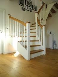 treppe aufarbeiten modernes wohnhaus farbiger holzbodenbelag holz treppe interior