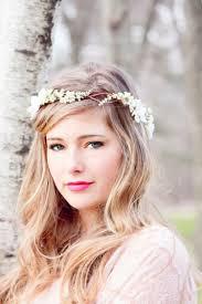 Hochsteckfrisuren Hochzeit Standesamt by Die Frisur Aus Offenen Haaren Wird Mit Dezente Weißen Blumen
