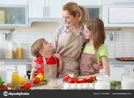 cours cuisine enfant mère et enfants faire les repas ensemble dans la cuisine concept de