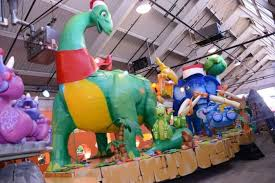 dinosaurs on float for thanksgiving day parade the