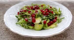 cuisiner les choux de bruxelles salade de choux de bruxelles crus et grenade la tendresse en cuisine