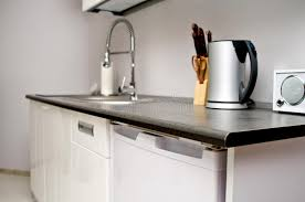 cuisiner avec une bouilloire cuisine avec l évier les couteaux et la bouilloire image stock