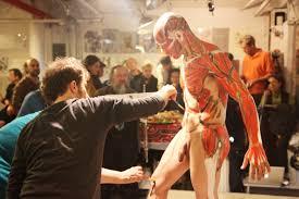 paint man file man receiving body paint jpg wikimedia commons
