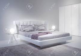 chambre blanche moderne intérieur chambre blanche moderne avec des accents violets banque d