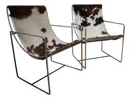 pouf en peau de vache paire de fauteuils en peau de vache années 70 design market
